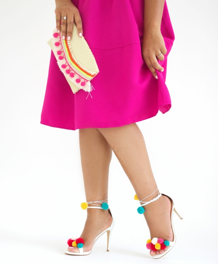 pompones de lana divertidos en colores para decorar tus tacones altos de verano, vestido en color cyclamen y bolso con pompones