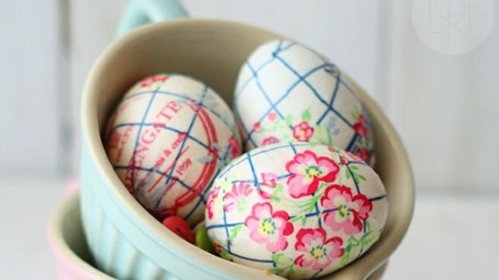ideas bonitas para decorar los huevos de pascua, decoración con servilleta en elementos florales en rojo y azul