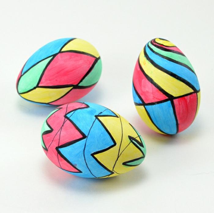 huevos de pascua decorados en colores chillones, preciosa decoración con huevos artificiales de plástico