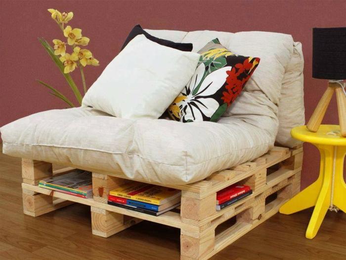 muebles de encanto hecho de plaets, sillon con estantería para libros, sillones con palets con bonitos cojines decorativos