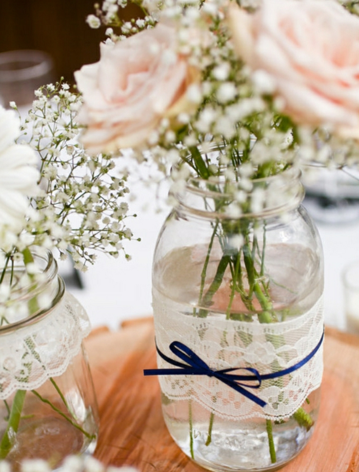 ideas fantásticas de manualidades con botellas de cristal, botella de vidrio decorada con encaje y cinta en azul, jarrones decorativos DIY