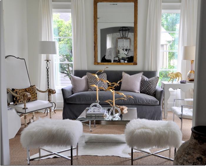 ideas de decoración salon gris y blanco, sillas modernas en blanco, detalles decorativos en dorado y pequeña sofá con cojines decorativos