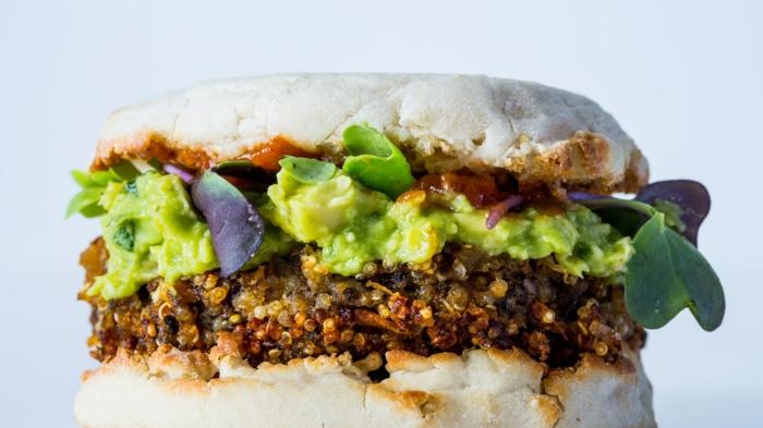 ideas sobre como comer quinoa, hamburguesa fácil de hacer con guacamole, quinoa y col