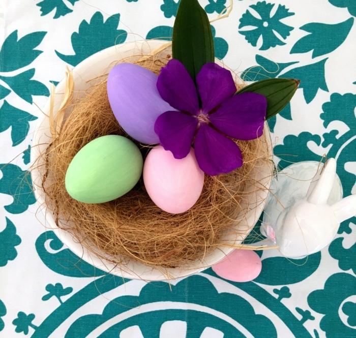 ideas sobre como decorar huevos de pascua en colores pastel, decoración bonita para la primavera, ideas con flores