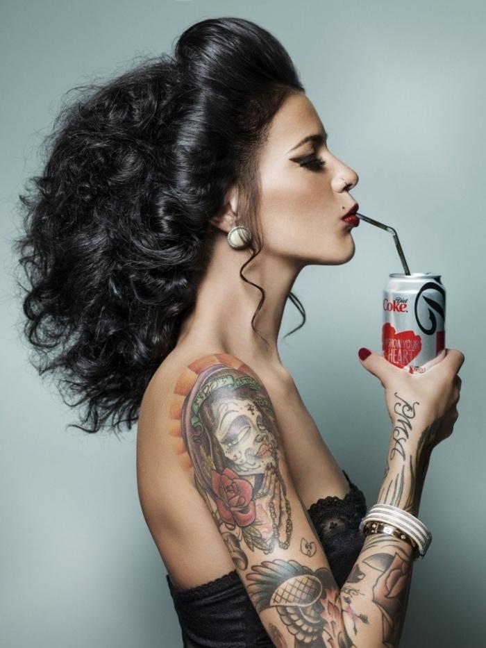 tendencias en los tatuajes 2018, mujer con brazo enteramente tatuado, ideas de tatuajes simbolicos