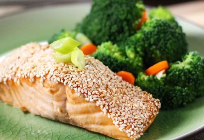 platos saludables con pescado, recetas faciles y sanas con salmón, salmón con sesamos adornado de brócoli al vapor