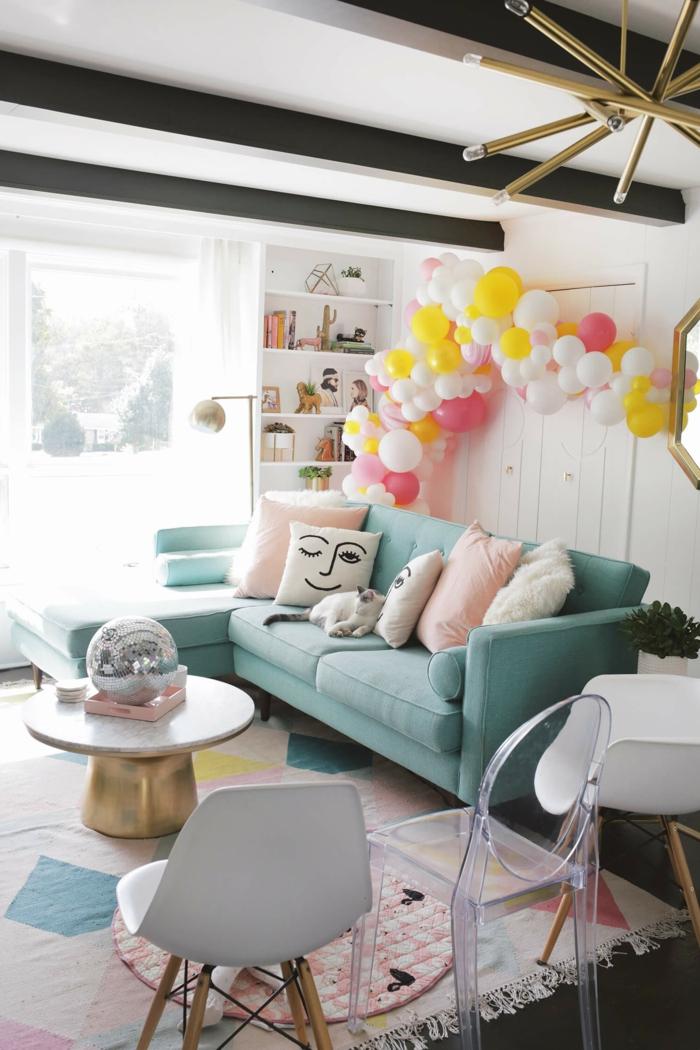 salón moderno y acogedor decorado en tonos pastel, decoracion con globos de encanto, como hacer arco de globos para decorar la casa