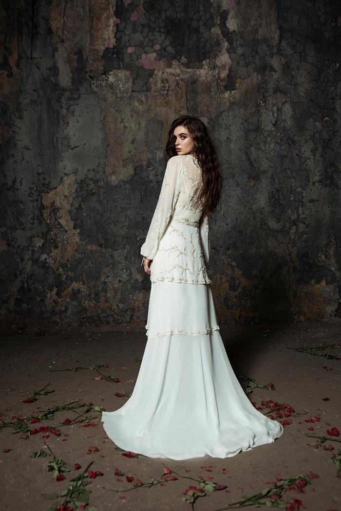 ejemplos de vestidos de novia hippies, bonito diseño en color blanco con detalles en marfil, elementos florales bonitos