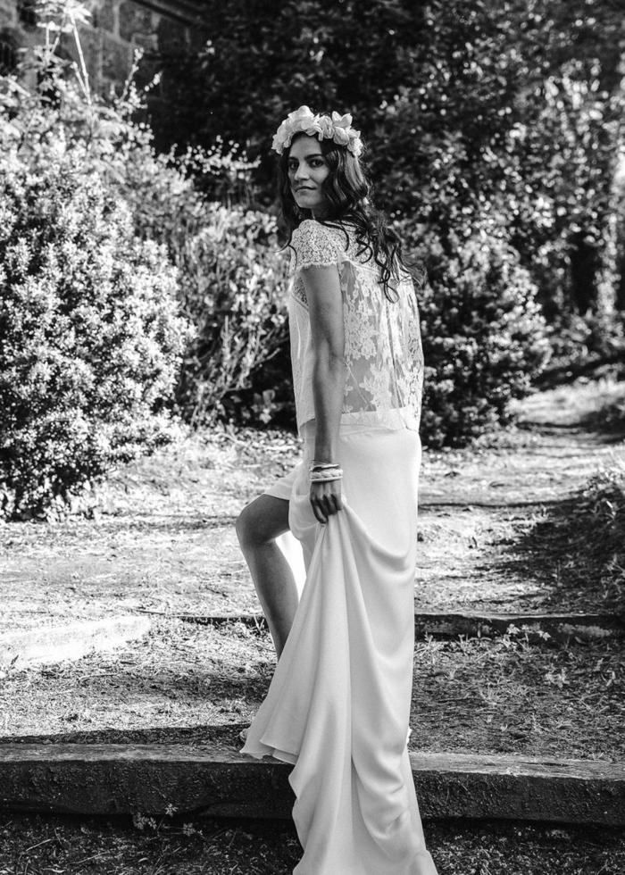 preciosas ideas de vestidos novia hippie en dos piezas, parte superior de encaje semitransparente, falda de corte recto y tiara de flores para la cabeza