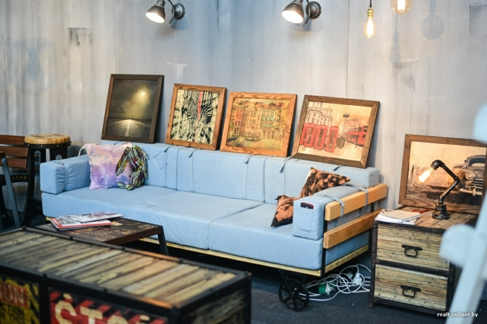 ideas de decoracion de interiores con sillones con palets, salon de encanto decorado con muchas pinturas, sofá de palets en azul y lámparas vintage