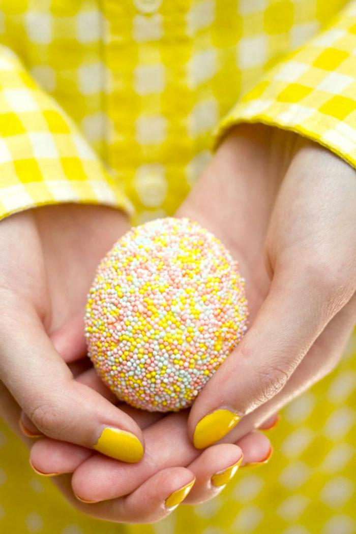 precioso huevo hecho a mano, huevos de pascua decorados con bolas de azúcar en colores, decoración original primavera