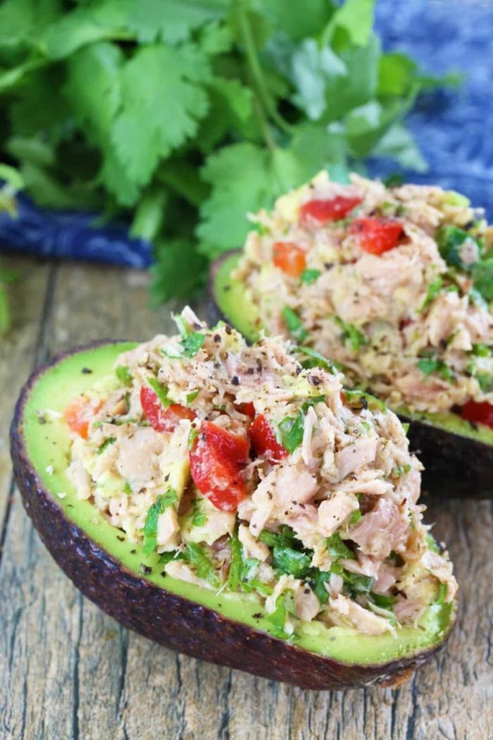 aguacate relleno de atún paso a paso, recetas faciles y sanas con tutoriales, aguacate con atún, tomates y perejil