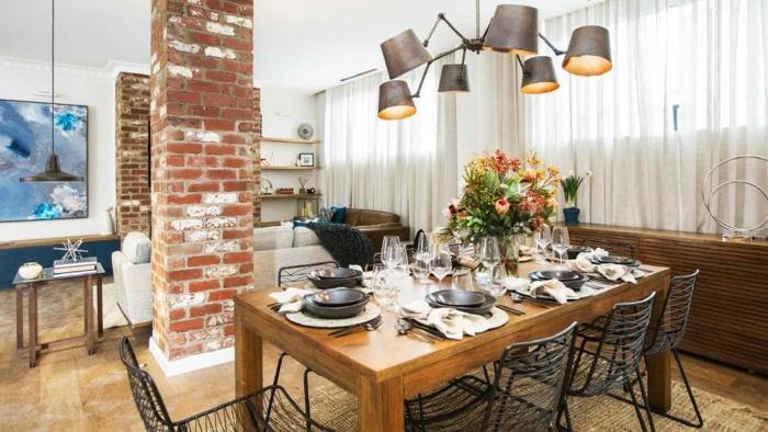 pequeño espacio acogedor, como decorar un salon comedor en estilo contemporáneo, mesa de madera con decoración de flores