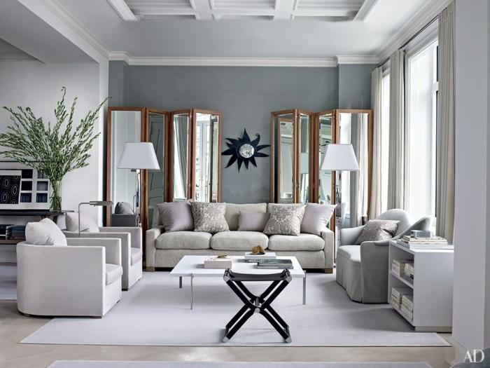 salón sofiscticado decorado en colores claros con una pared en gris plata, salon gris y blanco con muebles de diseño en los tonos del gris y beige