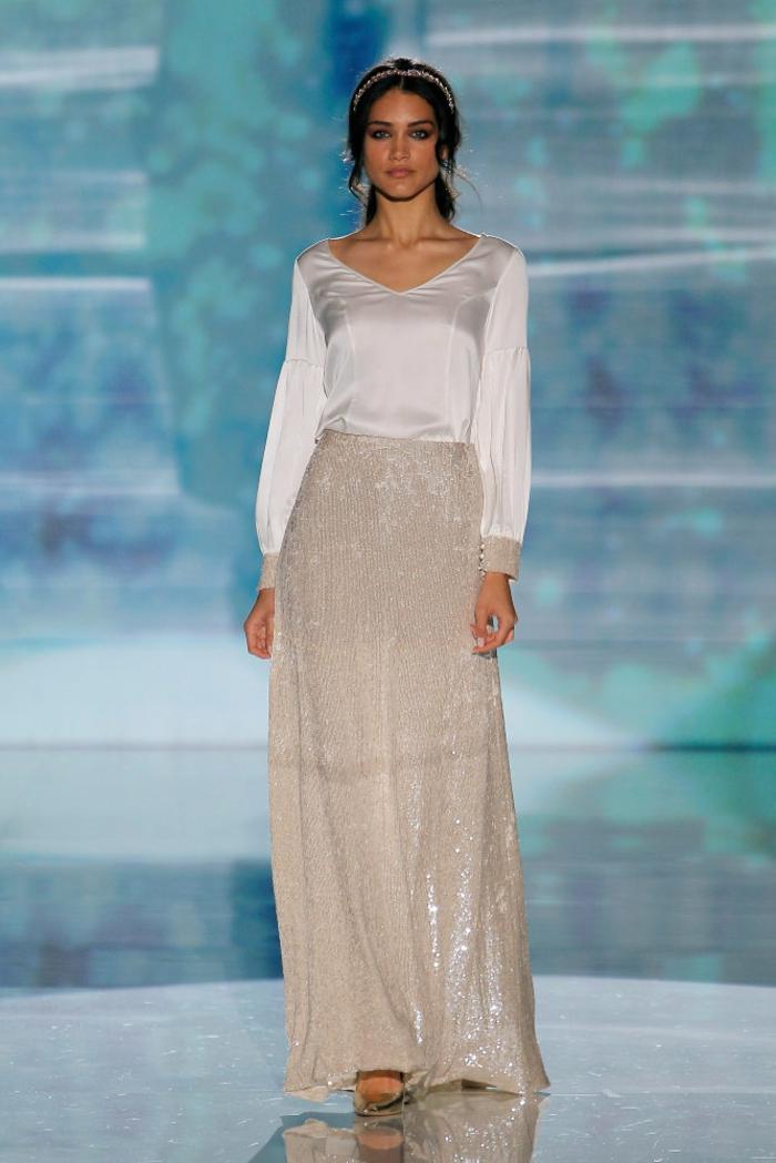 propuesta de encanto en dos piezas, falda con lentejuelas y parte superior de satén, vestidos de novia hippies modernos