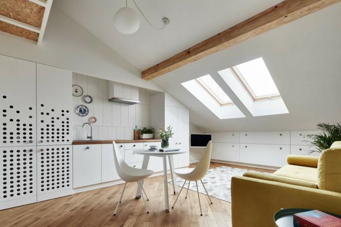 preciosa buhardilla decorada en blanco, cocina abierta al salón y pequeño comedor, propuestas sorbe como decorar un salon comedor
