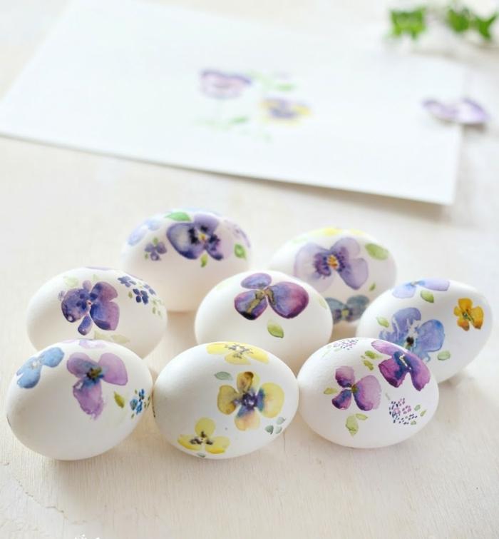 decoración de encanto con violetas en diferentes colores, como decorar huevos de pascua paso a paso, bonita decoración hecha a mano