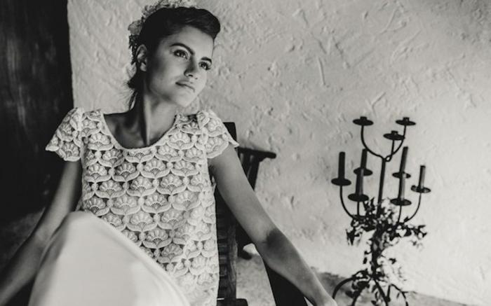 novia con apariencia en estilo flamenca, bonito vestido con parte superior de encaje, vestidos de novia hippies originales