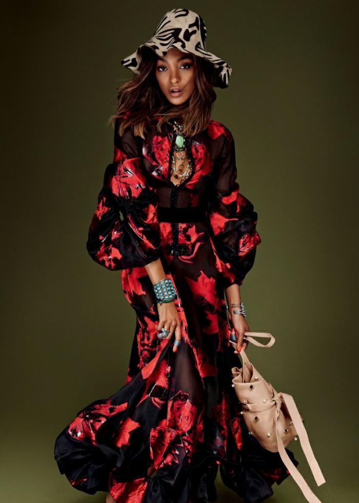últimas tendencias en los vestidos hippies, largo vestido en negro y rojo con escote atrevido, sombrero con estampado animal