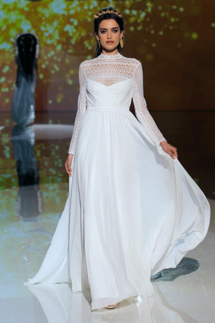 diseño de encanto, vestido de novia largo con escote ilusión, propuestas vestidos de novia hippies, pelo recogido con tiara dorada