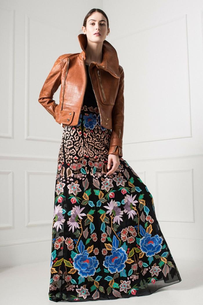 vestido largo de encanto con dibujos de flores bonitos en fondo negro, chaqueta de piel, vestidos boho chic modernos