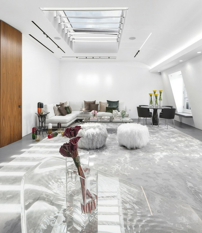 bonitas ideas decoracion salon, grande espacio decorado en blanco y gris, sillas redondas modernas y ventanas de techo