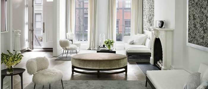 ideas salon gris y blanco, mesa de encanto en estilo vintage tapizada en terciopelo color cobrizo, bonitas ventanales y cortinas en color champan