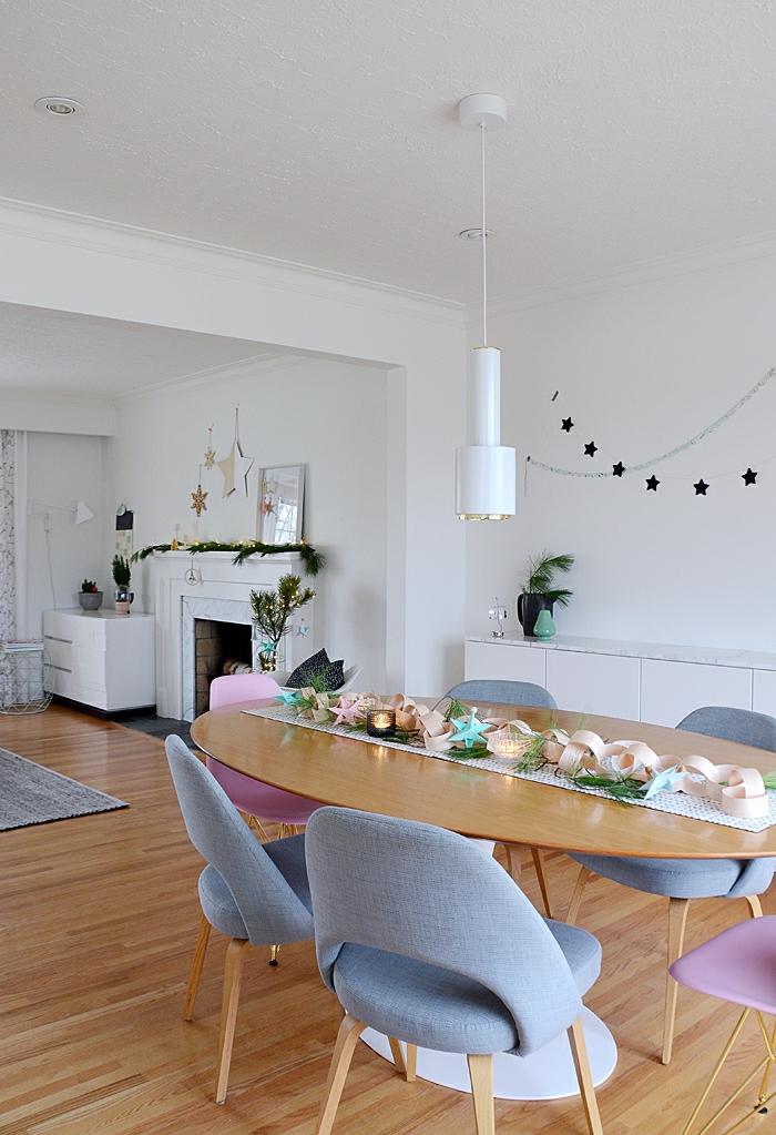 espacio abierto decorado en blanco y colores pastel, propuestas sobre cómo decorar un salón comedor, comedor con sillas modernas