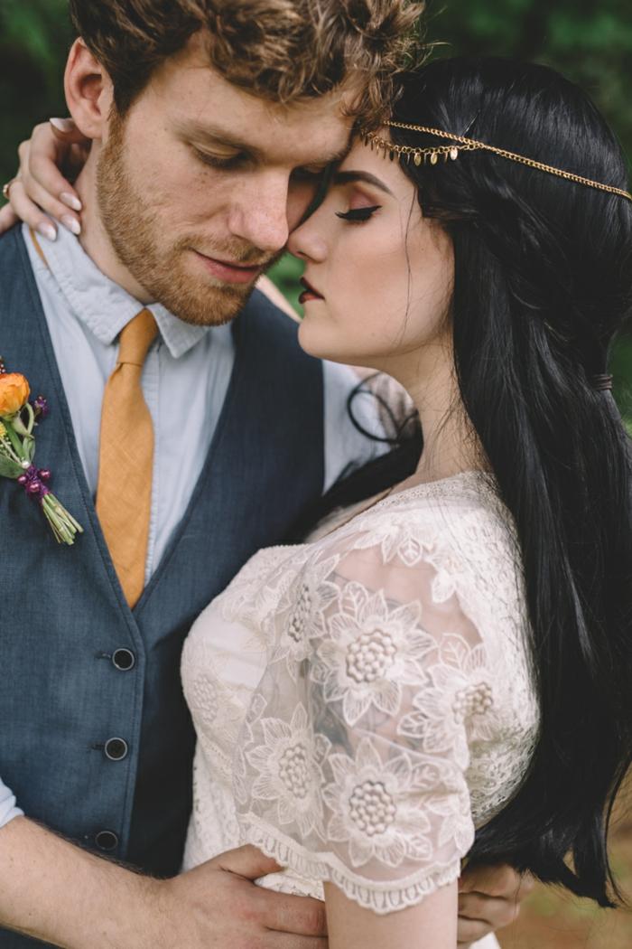vestido de novia boho con mangas de encaje con motivos florales, pelo semirecogido y tiara dorada, tendencias vestidos de novia hippies