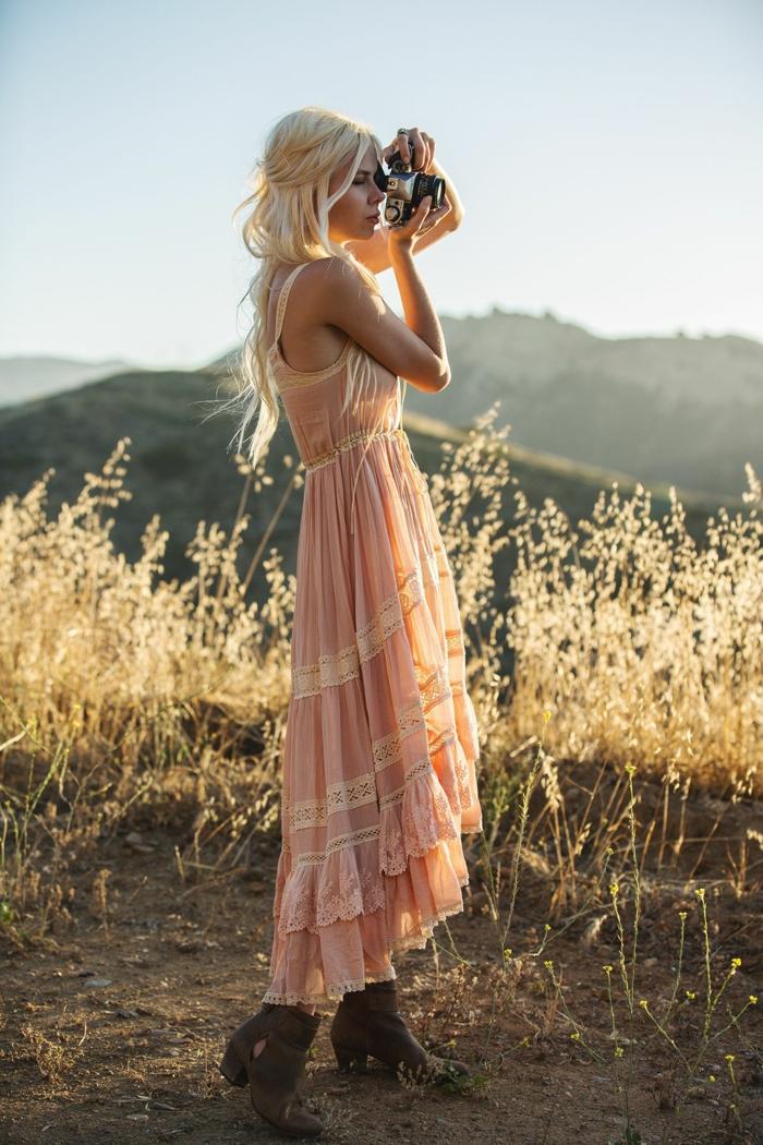 precioso vestido en color rosado de visillo, tendencias vestidos boho chic, combinación en tendencia de vestidos largos y botas