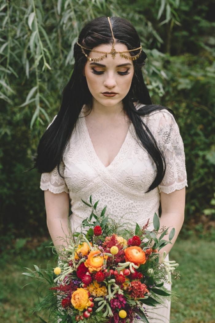 vestido sencillo de encaje color marfil, bonito ramo de flores y tiara dorada en la cabeza, vestidos de novia hippies elegantes