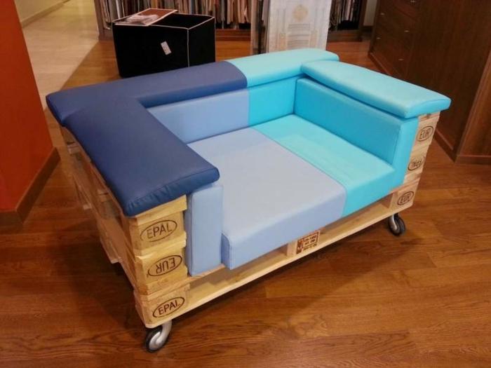 sofa palets de encanto de tamaño pequeño, colchonetas en los tonos del azul, muebles en ruedas DIY