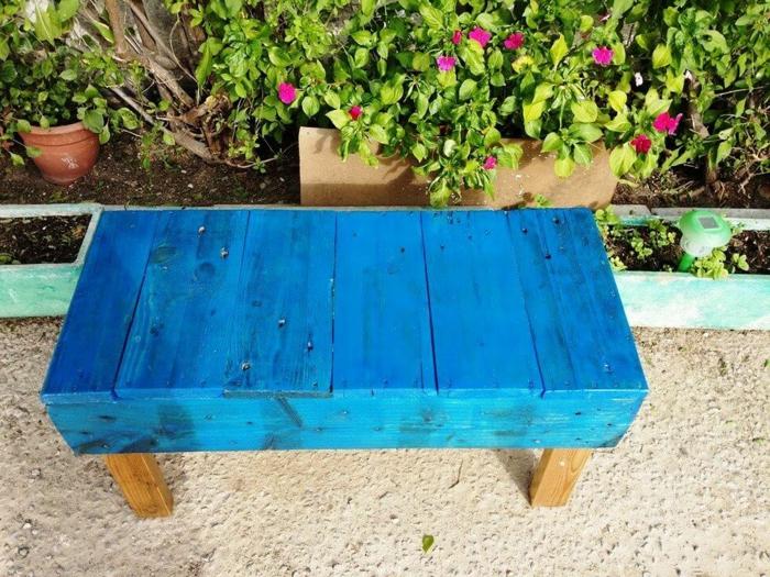 banco de madera hecho de palets pintado en azul, sofa palets faciles de hacer, bonita decoracion para el jardin
