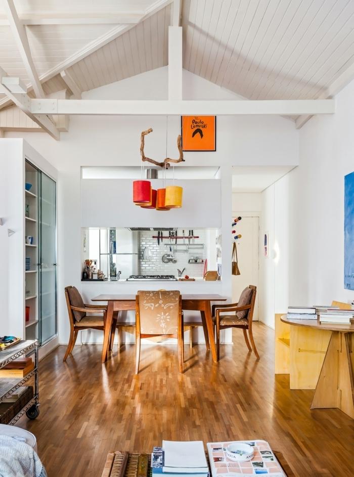 espacio decorado en blanco con muebles de madera y suelo de parquet, techo inclinado, cómo decorar un salón comedor propuestas originales