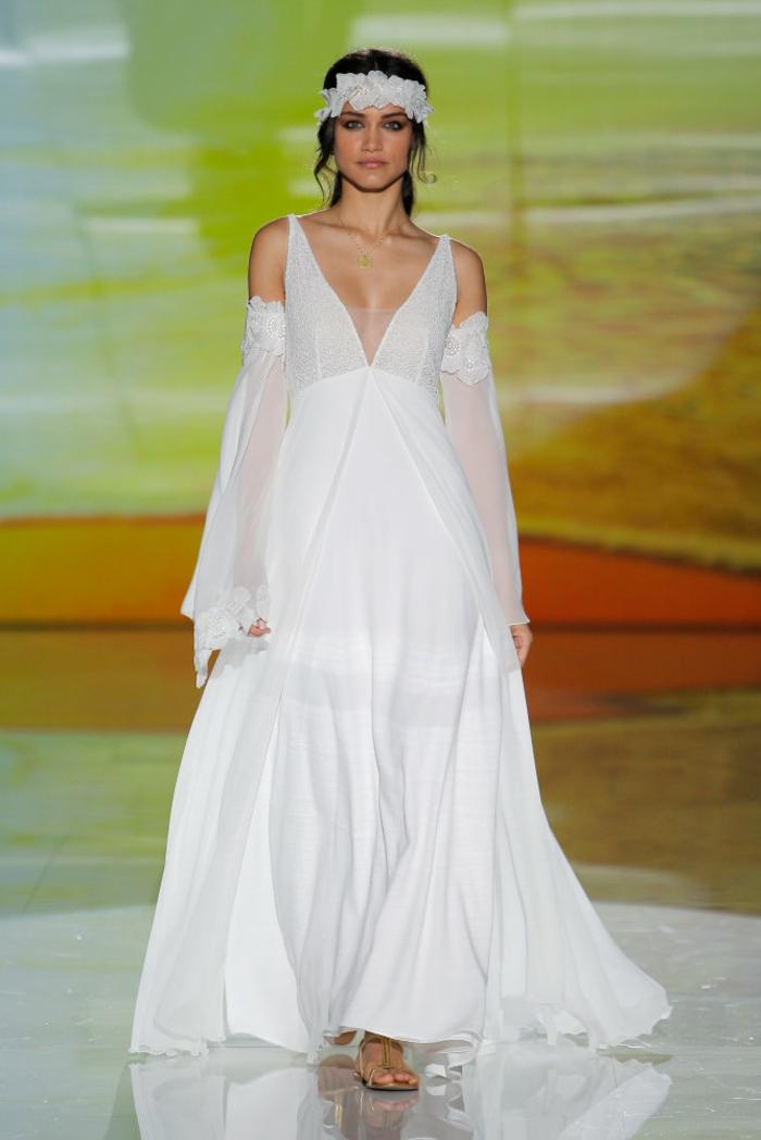preciosa propuesta sobre vestidos de novia hippies, vestido largo corte princesa con escote muy atrevido y mangas originales, pelo recogido con corona de flores en blanco