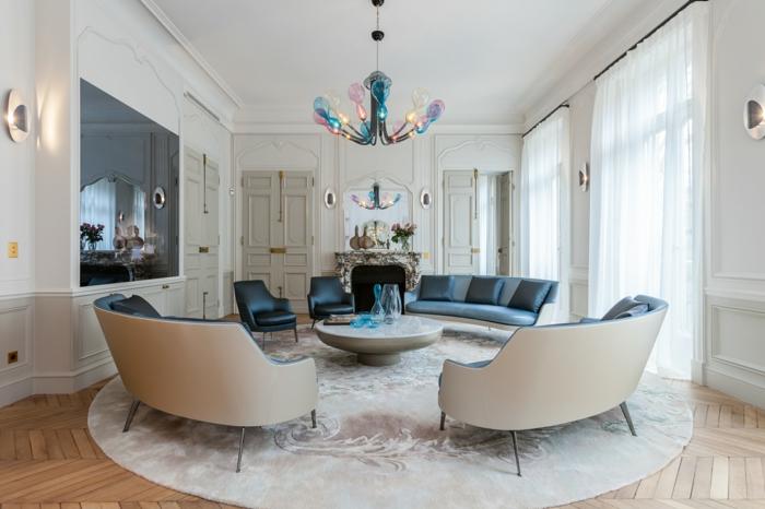 diseño espectacular, sofas ovales en gris y beige, paredes en blanco y cortinas de visillo, salon gris y blanco con lámpara original