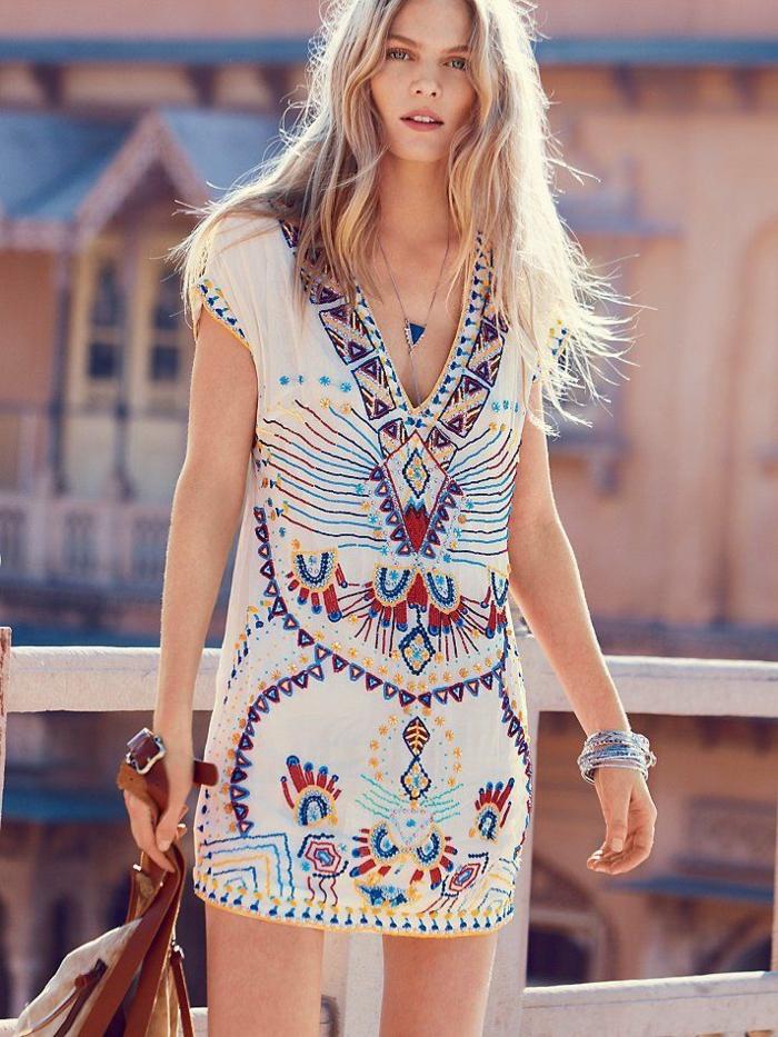 ejemplo de vestidos boho chic cortos, vestido en blanco con bordado en colores, vestido corte recto con escote en v