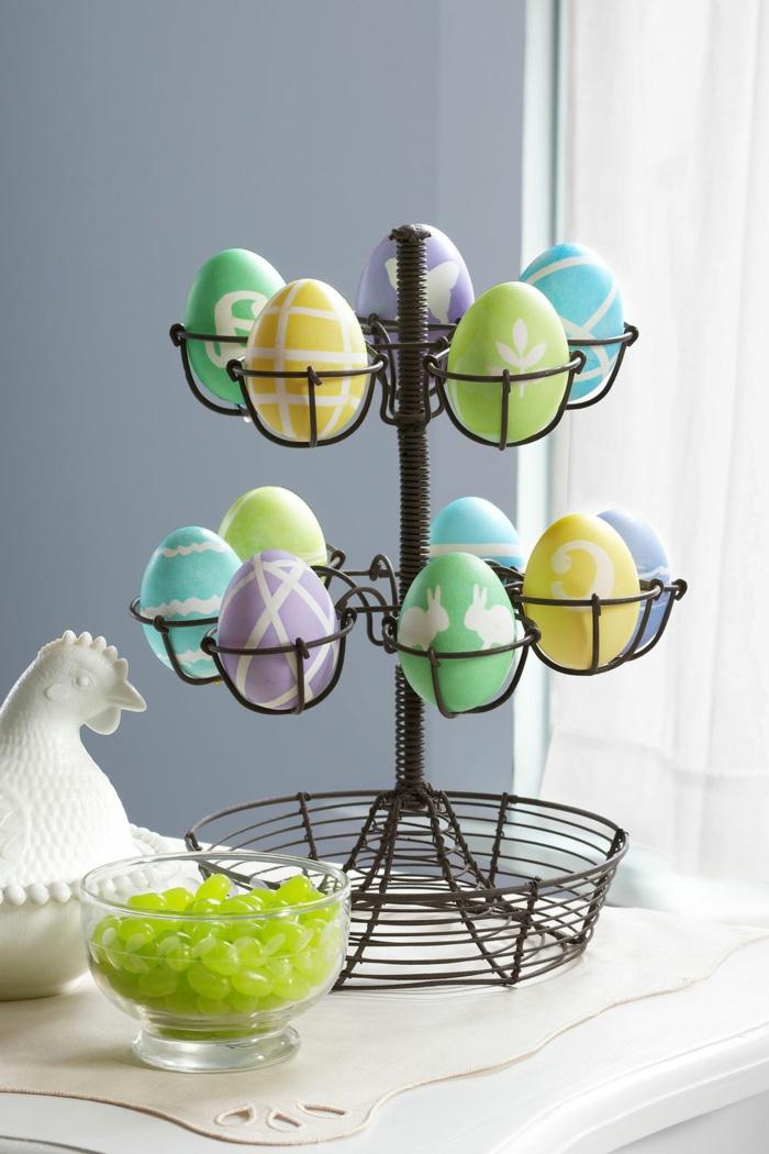 decoracion casera para la primavera, ideas sobre cómo decorar huevos de pascua en colores pastel, figura decorativa en forma de gallina