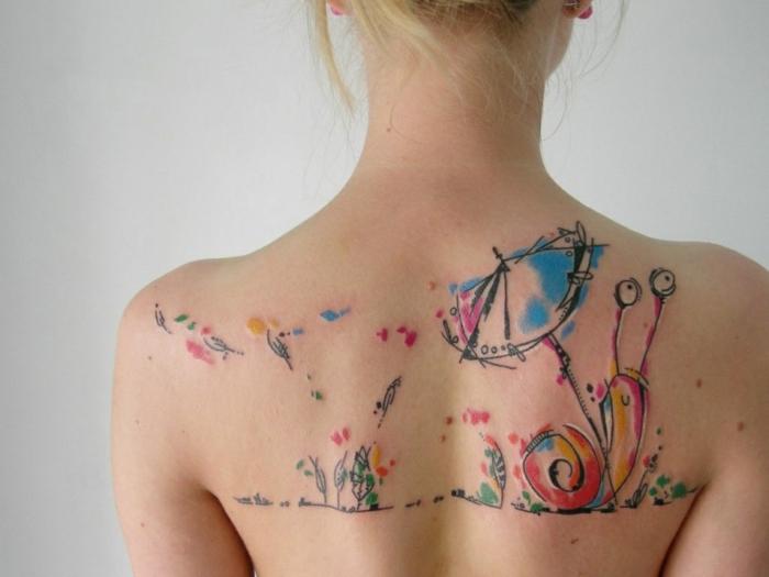 ejemplos de tatuajes con significado, tatuaje en la espalda en colores, bonito tatuaje en acuarela tendencias 2018