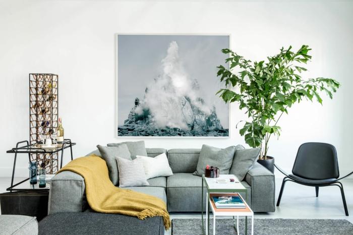 pequeño salon en gris y blanco con detalles en color mostaza y decoración de plantas verdes, salon gris y blanco en estilo moderno