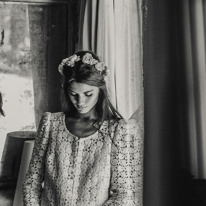 propuesta romántica de vestido boho de dos piezas, pelo semirecogido con corona de flores, vestidos de novias sencillos tendencias 2018