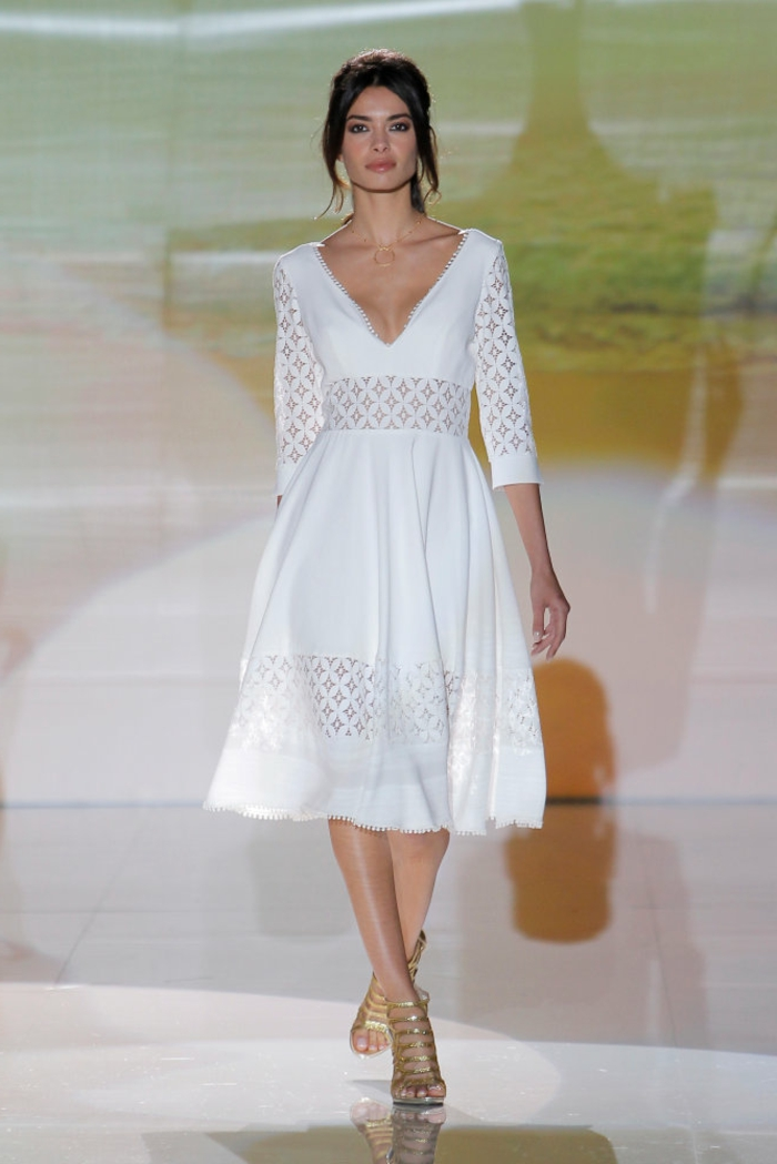 ejemplos de vestidos de novias sencillos, vestido corto en color blanco nuclear con partes de encaje, pelo recogido en coleta con mechas sueltas