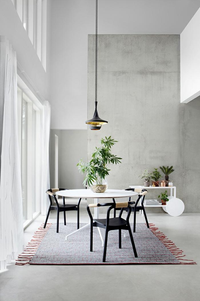 ingeniosas ideas de decoracion de salones, espacio pintado en gris con techo alto, comedor pequeño abierto al salón y decoración de plantas verdes