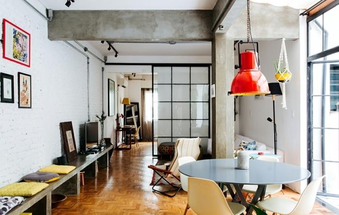 pasos sobre cómo decorar un salón comedor, pequeño espacio alargado con muchos objetos decorativos,