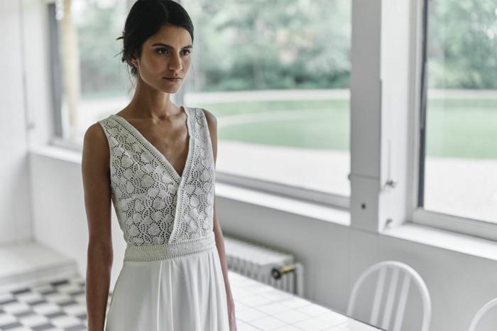 elegancia y sencillez, vestidos de novias sencillos en blanco perla, parte superior del vestido de encaje, pelo recogido en moño