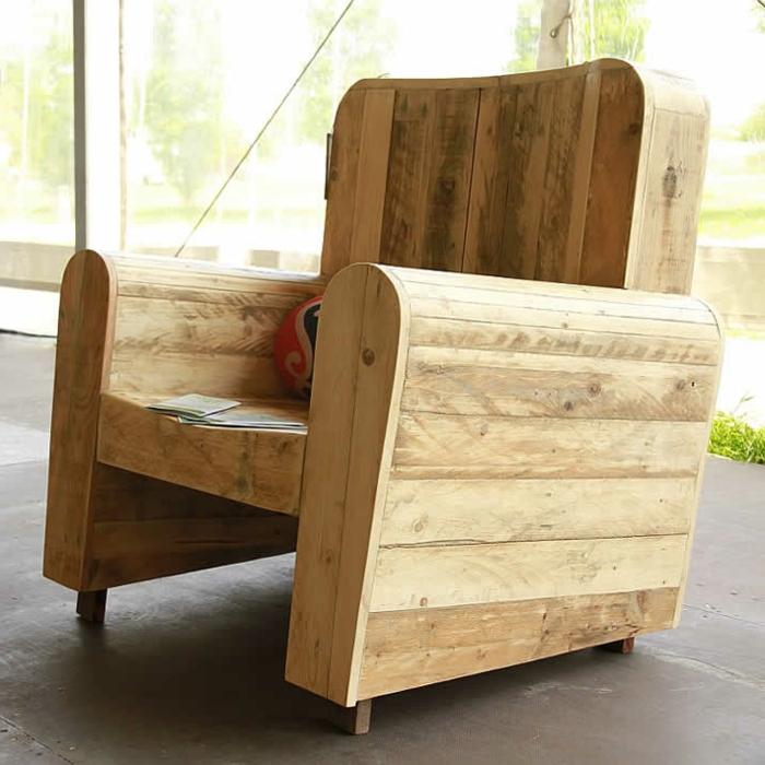 ideas sofa palets y sillas de palets, silon de encanto hecho de madera, proyectos DIY para decorar el hogar