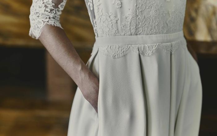 ejemplo de vestidos de novias sencillos, vestido de color marfil, parte superior de encaje y falda larga en pliegues