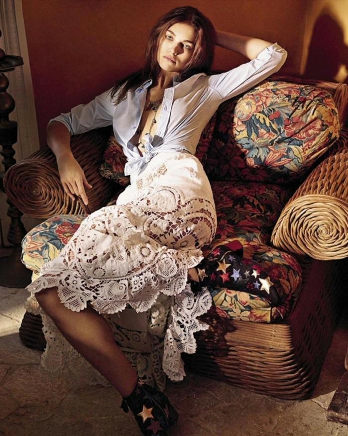 combinación de falda y camisa en estilo boho chic, falda en blanco de bordado motivos florales y camiseta en azul