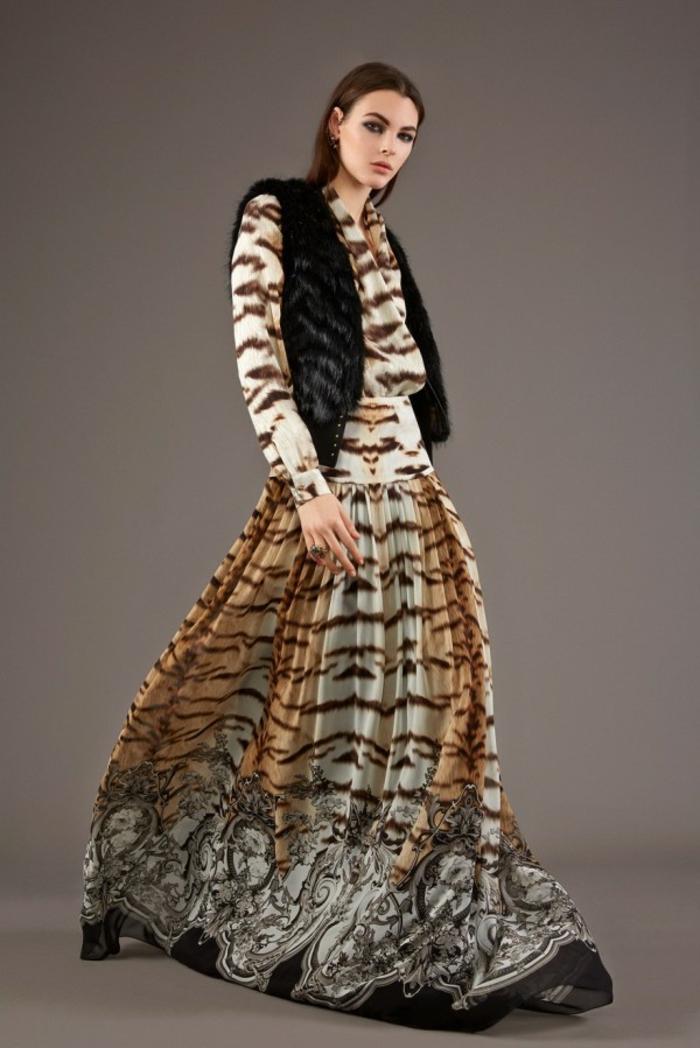 vestido largo en beige y marrón estampado animal, corte moderno con mangas largas y falda larga, ejemplos de vestidos boho chic