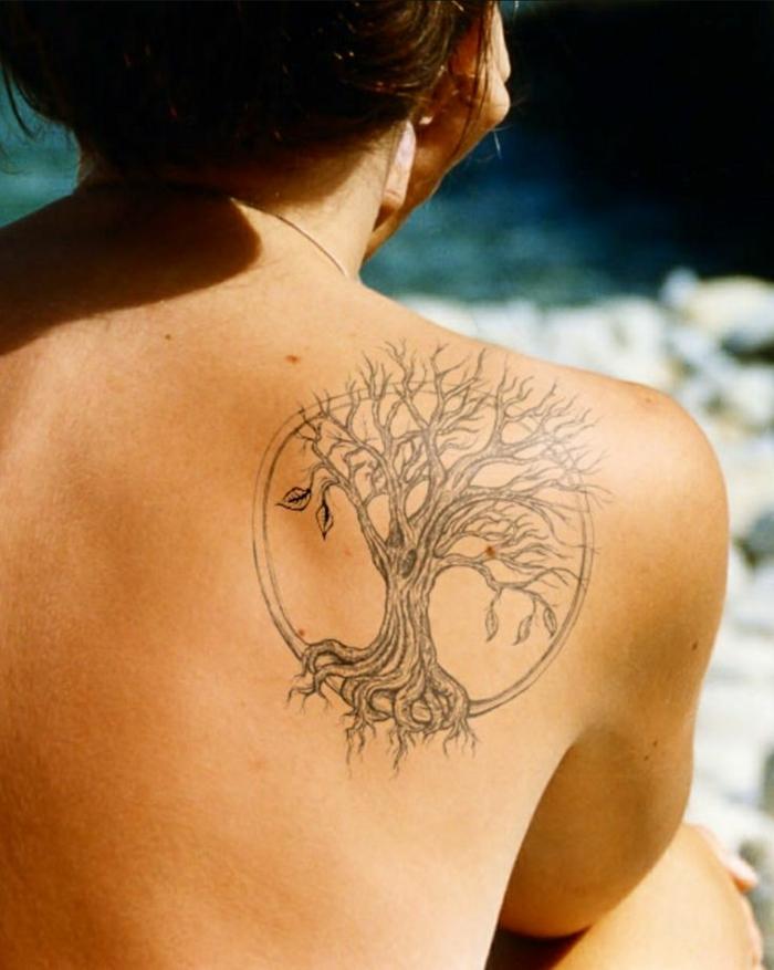 ideas creativas de tatuajes espalda mujer, dibujo en tinte negro del arbol de la vida, tatuajes grandes en la espalda